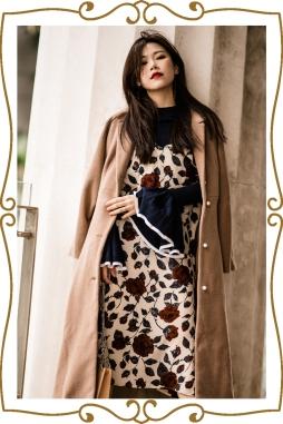 駝色大衣、玫瑰連身裙、喇叭袖