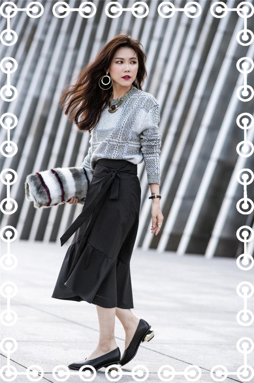 毛衣、黑裙、手拿包